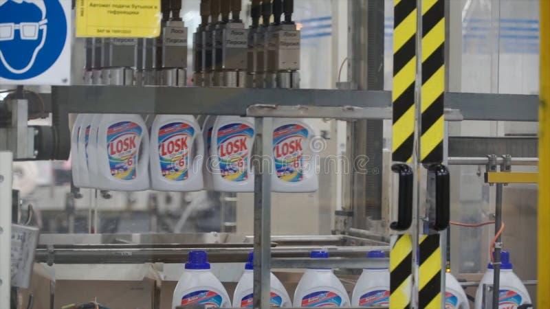 Moskou, Rusland - mag, 2017: Vloeibaar Detergens op Geautomatiseerde Productielijn klem Productielijn voor de productie van stock afbeeldingen