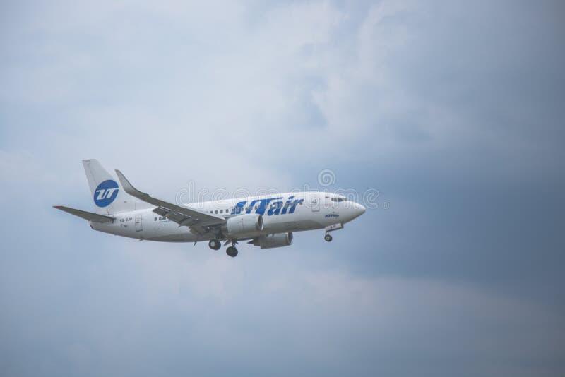 Moskou, Rusland - 9 Mei 2019: Close-up van een passagiersvliegtuig van een luchtvaartlijn Utair die tegen op de achtergrond van e royalty-vrije stock fotografie
