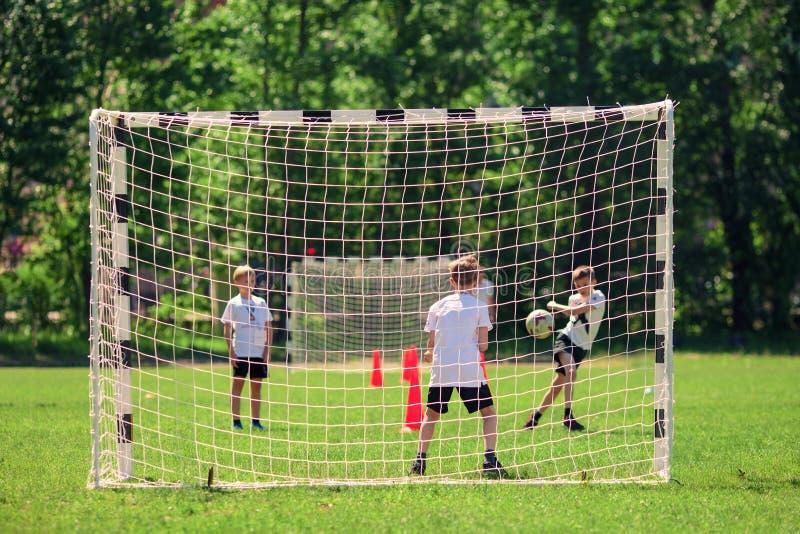 Moskou, Rusland, Mei 2018 De kinderen spelen voetbal bij de schoolyard royalty-vrije stock foto