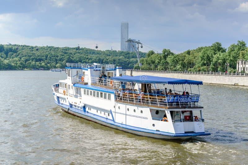 Moskou, Rusland - Mei 26, 2019: De rivier en de boten van Moskou De rondvaarten van de rivierexcursie stock foto's