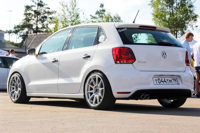 moskou Rusland - Mei 20, 2019: De witte die Vijfdeursauto van Volkswagen Polo mk5 met legering wordt gestemd rijdt XKR op de stra stock foto's