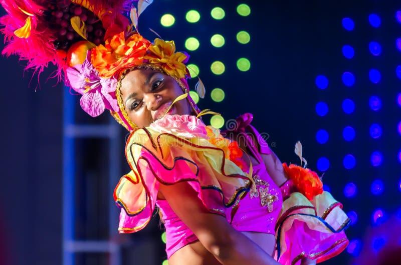 MOSKOU, RUSLAND MEI 2017: Fotogebeurtenis met de Mooie achtergrond van het het kostuumstadium van meisjes heldere Carnaval Portre stock fotografie