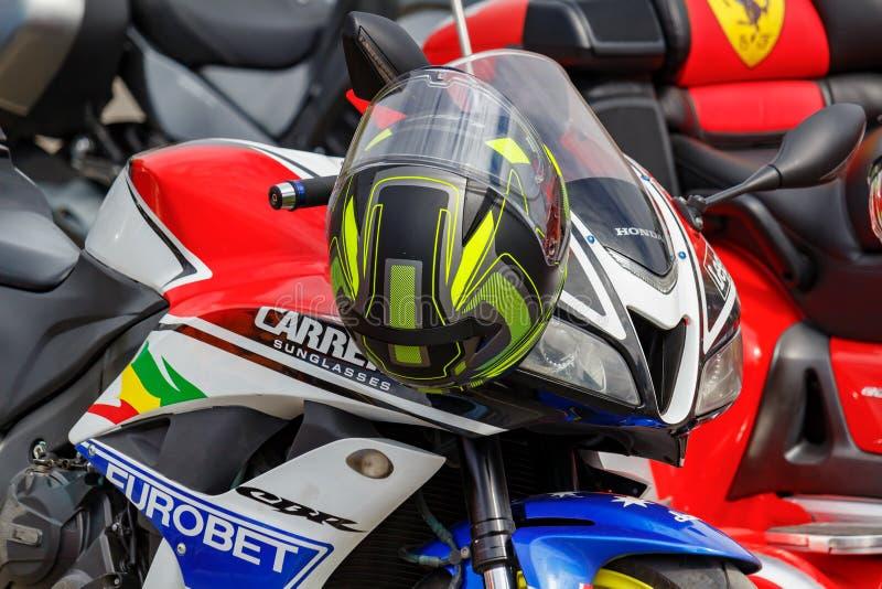 Moskou, Rusland - Mei 04, 2019: Gekleurde helm op het stuur van Honda-de close-up van de sportenmotorfiets o stock foto
