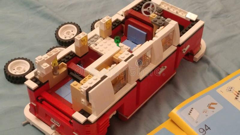 Moskou, Rusland - Mei 08, 2019: Het assembleren van de Vervoerderst1 van minibusvolkswagen van Lego Binnenland van stuk speelgoed stock afbeelding