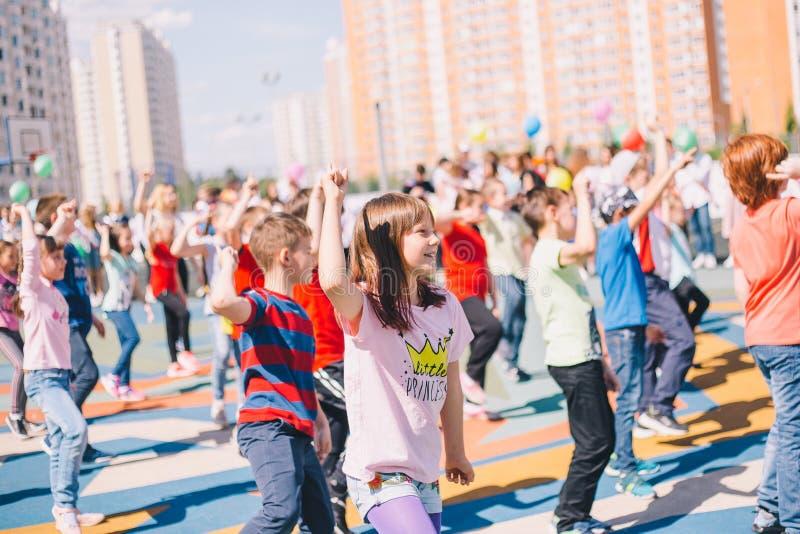 Moskou, Rusland - 22 Mei 2019: Kinderen die op school op een vakantie in het schoolplein dansen Nadruk op meisje royalty-vrije stock foto's