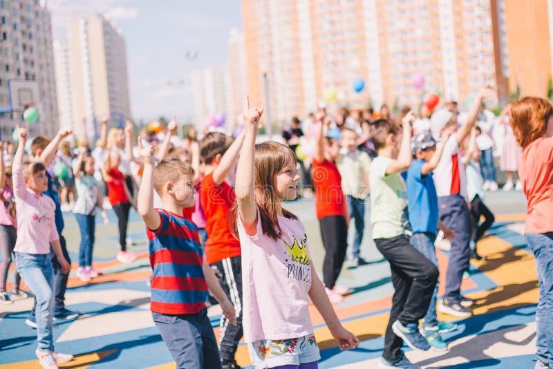 Moskou, Rusland - 22 Mei 2019: Kinderen die op school op een vakantie in het schoolplein dansen Nadruk op meisje royalty-vrije stock afbeeldingen