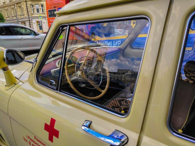 MOSKOU, RUSLAND - Mei 26, 2019: L U C Chopard Klassieke Weekendverzameling Gaz-22 retro de ziekenwagenauto van de USSR royalty-vrije stock afbeeldingen