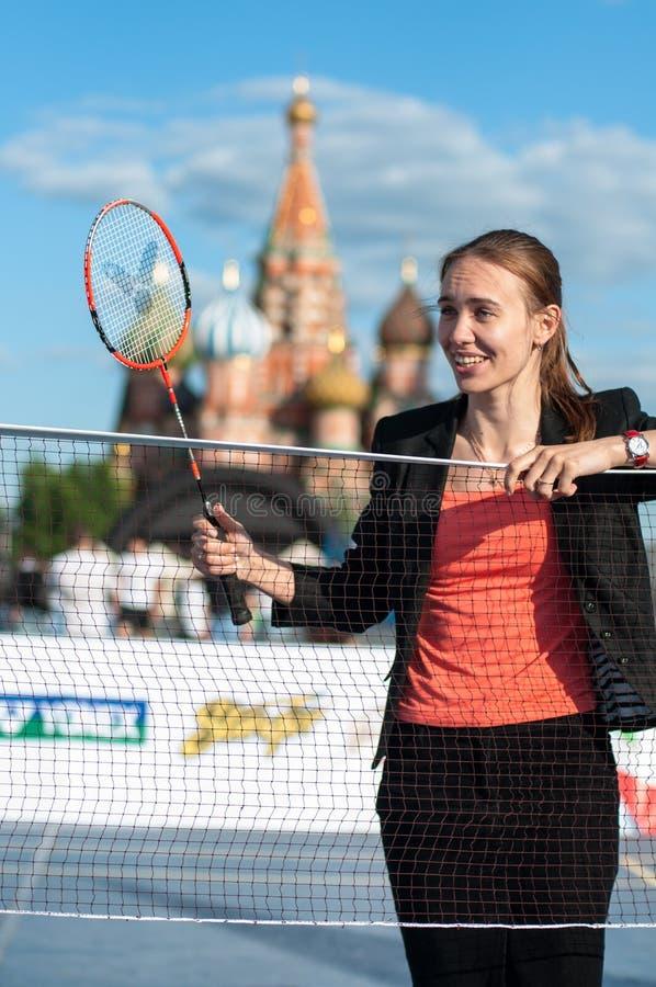 MOSKOU, RUSLAND - MEI 30, 2013: Meisjes speelbadminton op Rood Vierkant stock fotografie