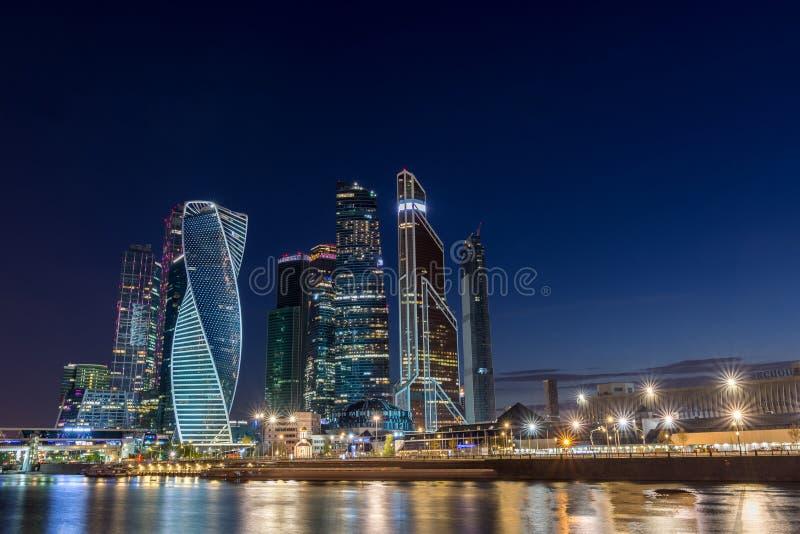 Moskou, Rusland, Mei 2, 2019, mening van de van commercieel Stad centrummoskou van de Taras Shevchenko-dijk en de Rivier van Mosk royalty-vrije stock foto