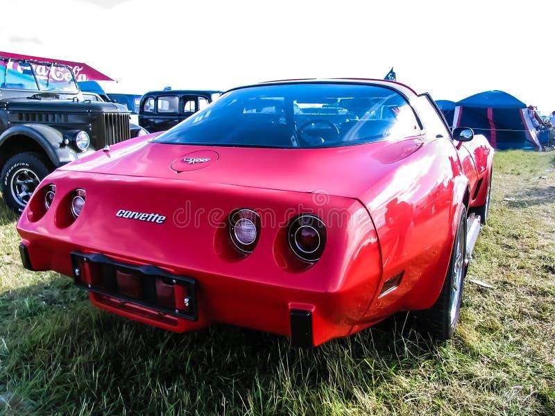 Moskou, Rusland - Mei 25, 2019: Rood die Chevrolet Corvette Stingray op het gras wordt geparkeerd De klassieke uitstekende Amerik royalty-vrije stock foto's