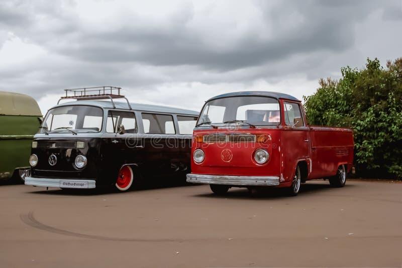 moskou Rusland - Mei 20, 2019: Rood en zwart legendarisch Volkswagen-vervoerderst2 wordt geparkeerd op de straat De beroemde auto royalty-vrije stock foto