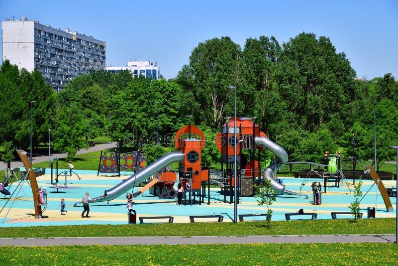 Moskou, Rusland - Mei 22 2018 speelplaats voor kinderen in Park Sadovniki stock fotografie