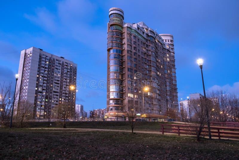 MOSKOU, RUSLAND, 21 NOVEMBER, 2018: De mening van de avondherfst van het milieuvriendelijke comfortabele woondistrict in Moskou B stock foto