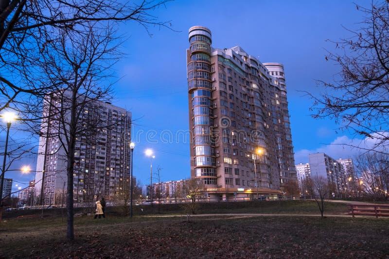 MOSKOU, RUSLAND, 21 NOVEMBER, 2018: De mening van de avondherfst van het milieuvriendelijke comfortabele woondistrict in Moskou B royalty-vrije stock afbeeldingen