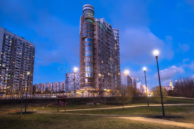 MOSKOU, RUSLAND, 21 NOVEMBER, 2018: De mening van de avondherfst van het milieuvriendelijke comfortabele woondistrict in Moskou B stock afbeeldingen