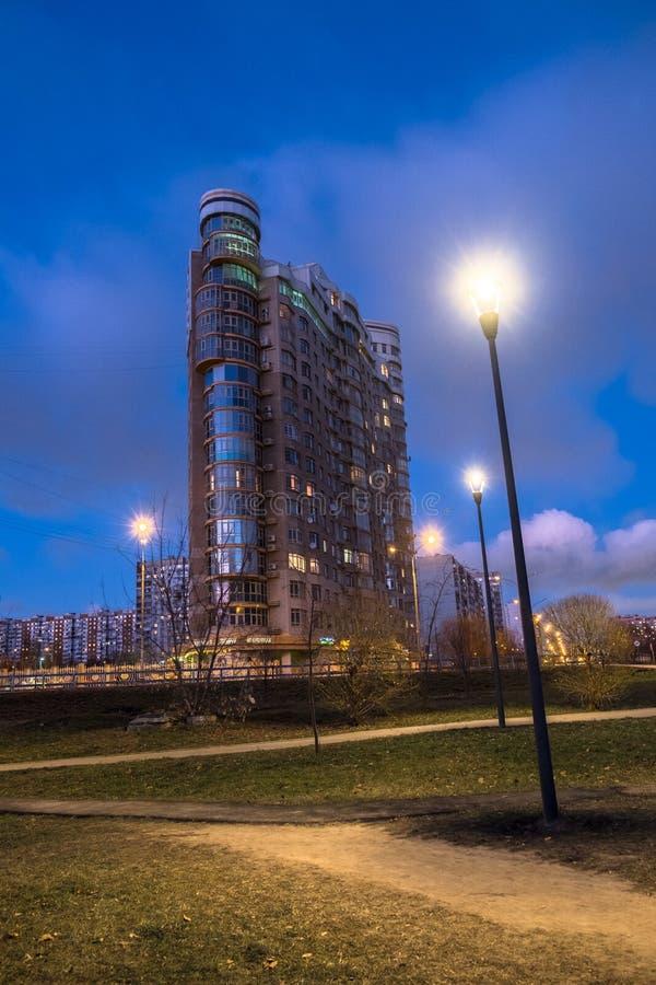 MOSKOU, RUSLAND, 21 NOVEMBER, 2018: De mening van de avondherfst van het milieuvriendelijke comfortabele woondistrict in Moskou B stock afbeelding