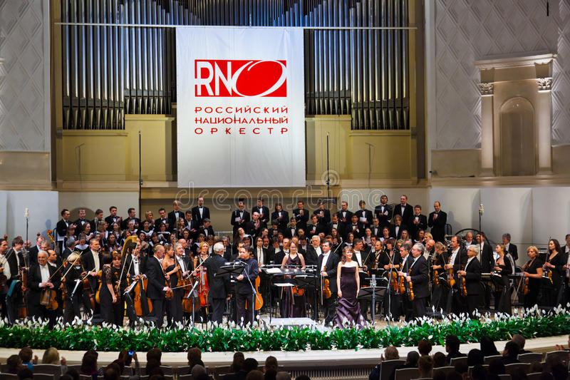 MOSKOU, RUSLAND - NOVEMBER 15: Het Russische Nationale Orkest presteert stock foto's