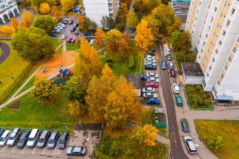 Moskou, Rusland - Oktober 09 2017 Binnenplaats van een flatgebouw in veertiende district van Zelenograd stock afbeeldingen