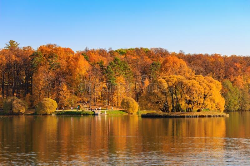 Moskou, Rusland - Oktober 17, 2018: Het Weergeven van vijver en de bomen met gouden bladeren op kust in Tsaritsyno parkeren in Mo royalty-vrije stock fotografie