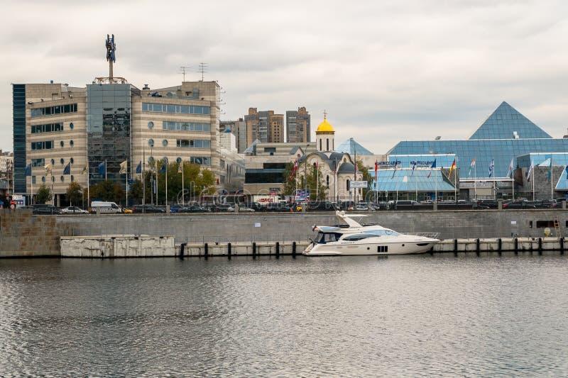 MOSKOU, RUSLAND - OKTOBER 24, 2017: Moderne commerciële klassenplezierboot op de rivier van Moskou Rusland royalty-vrije stock foto
