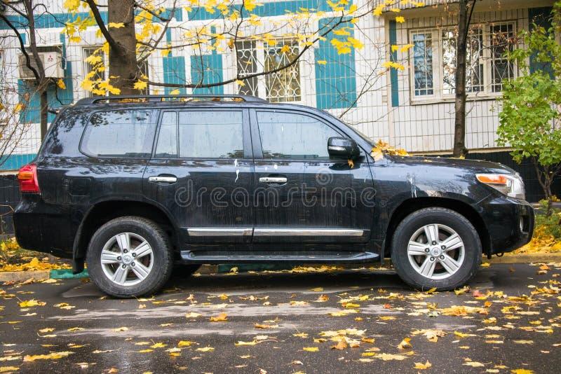 Moskou, Rusland - Oktober 23, 2018: Off-road autotoyota land cruiser 200 in de stadsstraat stock foto