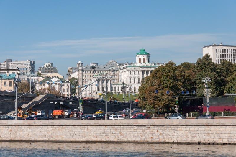 MOSKOU, RUSLAND - 21 09 2015 Panorama van Moskou in Grote Steenbrug stock foto