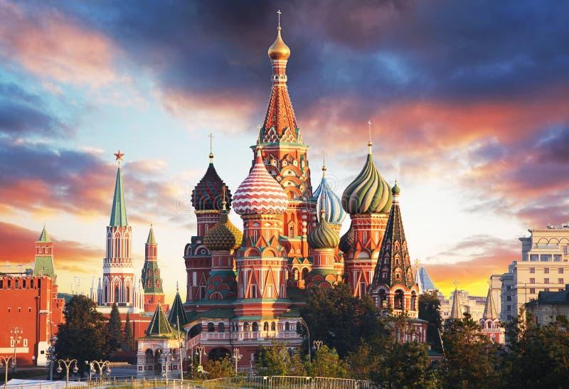 Moskou, Rusland - Rode vierkante mening van St Basilicum` s Kathedraal bij zon stock fotografie