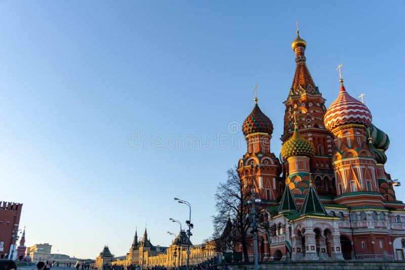 Moskou, Rusland, ROOD VIERKANT Weergeven van St de Kathedraal van het Basilicum op heldere hemel royalty-vrije stock foto