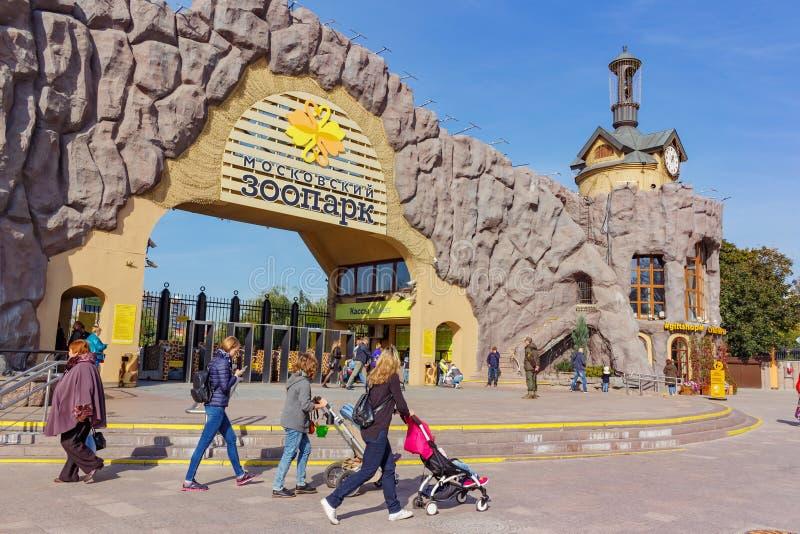 MOSKOU, RUSLAND - September 25, 2017: De belangrijkste ingang aan de dierentuin van Moskou royalty-vrije stock afbeelding