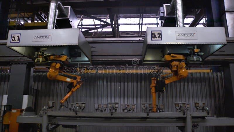 Moskou, Rusland - September, 2018: De beweging van lassenrobots in autofabriek scène Beweging van robot wanneer het lassen met stock foto
