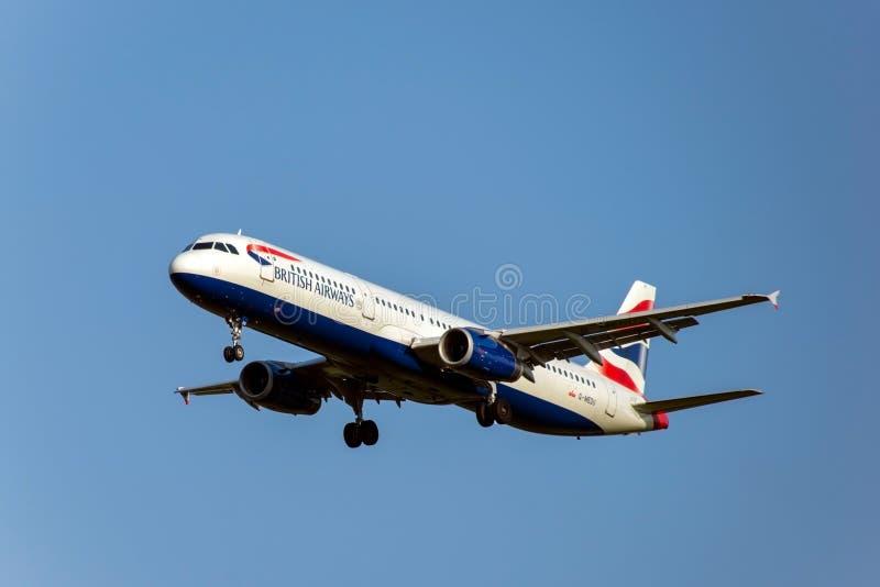 Moskou, 02 Rusland-September, 2018: De Domodedovoluchthaven, Luchtbus 321-200 British Airways-luchtvaartlijnen landt royalty-vrije stock afbeeldingen