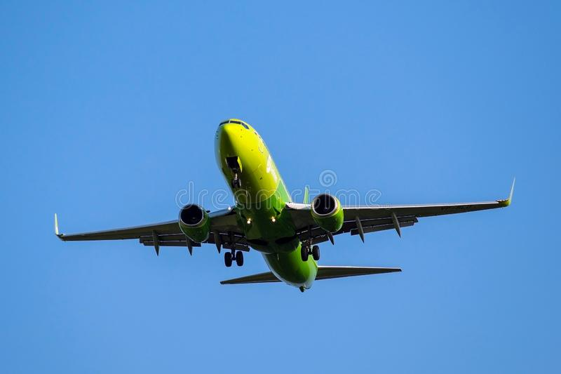 Moskou, 02 Rusland-September, 2018: De Domodedovoluchthaven, de luchtvaartlijnenvliegtuig van Boeing 737-800 S7 landt royalty-vrije stock afbeeldingen