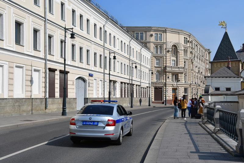 Moskou, Rusland, 01 September, 2018 Politiewagen het drijven onderaan de straat Varvarka, voorbij huis 5/10 die de 1 zomer inbouw stock afbeeldingen