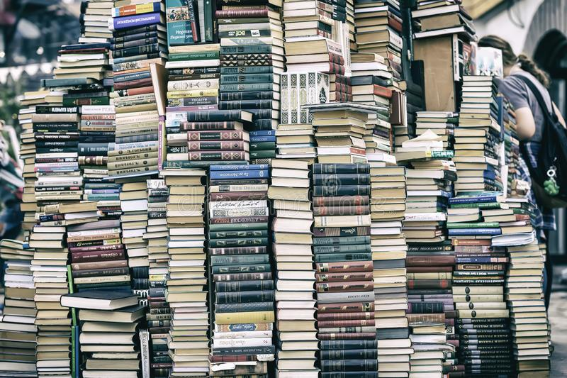 MOSKOU, RUSLAND - SEPTEMBER 22, 2018: Stapel van oude boeken in vlooienmarkt, het culturele complexe Kremlin in Izmailovo in Mosk royalty-vrije stock afbeelding