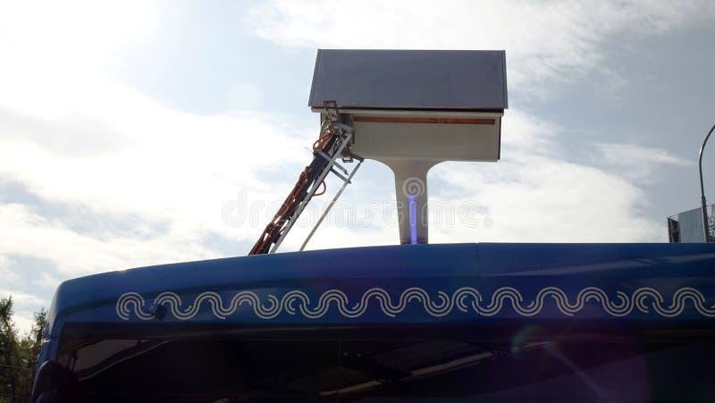 Moskou, Rusland-September 2017: stedelijk elektrisch busconcept Blauwe elektrische bus bij de het laden post stock fotografie