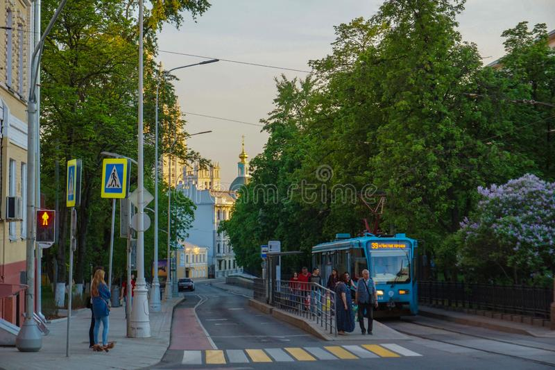 Moskou/Rusland - Tram die de post van Chistie Prudi verlaten royalty-vrije stock fotografie