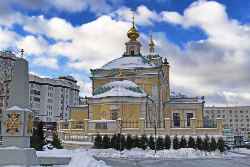 Moskou, Russische Federatie - 21 Januari, 2017: Gevestigd in Transfiguratie Vierkante mening van Kerk die door sneeuw wordt behan stock afbeelding