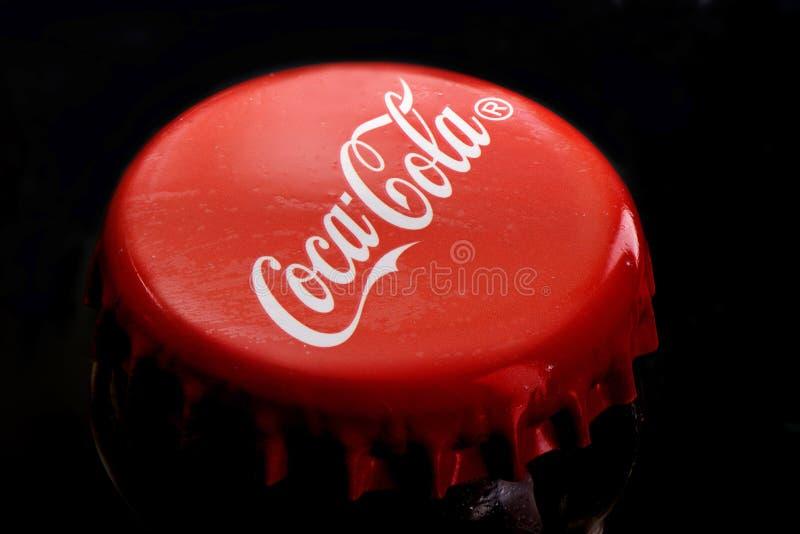 Moskou, Russische Federatie - 12 Juli, 2019 Coca-colainschrijving op een rood metaal GLB op een fles Coca-cola Macro stock foto's
