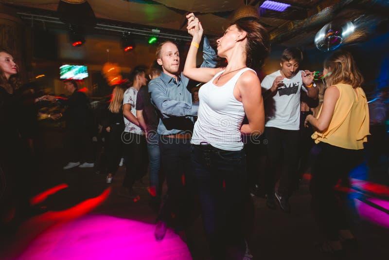 MOSKOU, RUSSISCHE FEDERATIE - 13 OKTOBER, 2018: Een paar op middelbare leeftijd, een man en een vrouw, danssalsa onder een menigt stock foto's