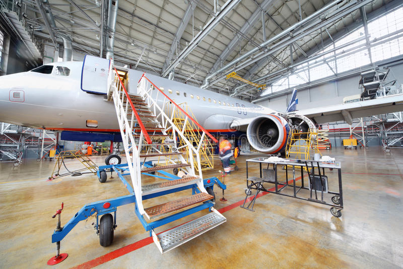 Het herstellen van Luchtbus Aeroflot in hangaar royalty-vrije stock foto