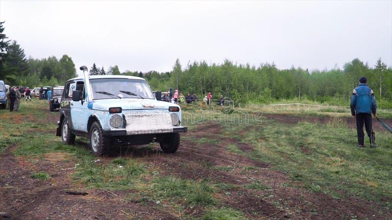 Moskou, September 2018: SUVs neemt aan jaarlijkse off-road rassen deel klem SUVs concurreert met ventilators in platteland in reg royalty-vrije stock foto