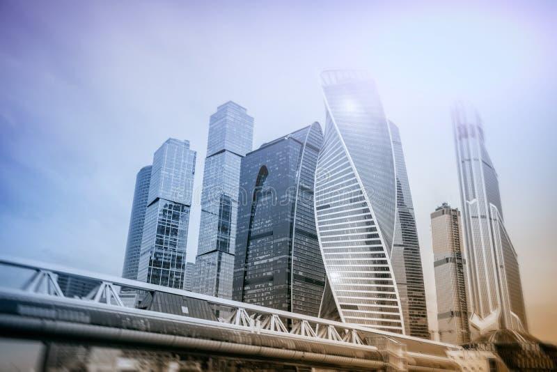 Moskou - stads Commerciële centrumgebouwen dubbele blootstellingsachtergrond voor Bedrijfs en financiënconcept stock afbeeldingen