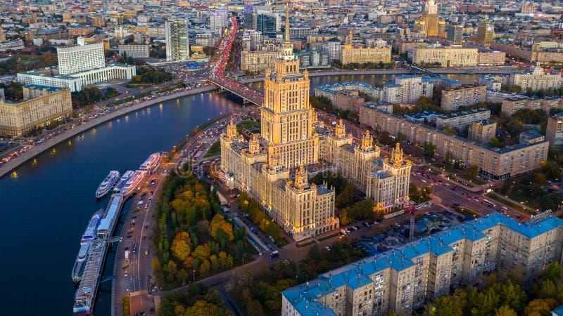 Moskouse stad met Moskou-rivier in de Russische Federatie, skyline van Moskou met de historische architectuurwolk, luchtaanzicht, stock fotografie