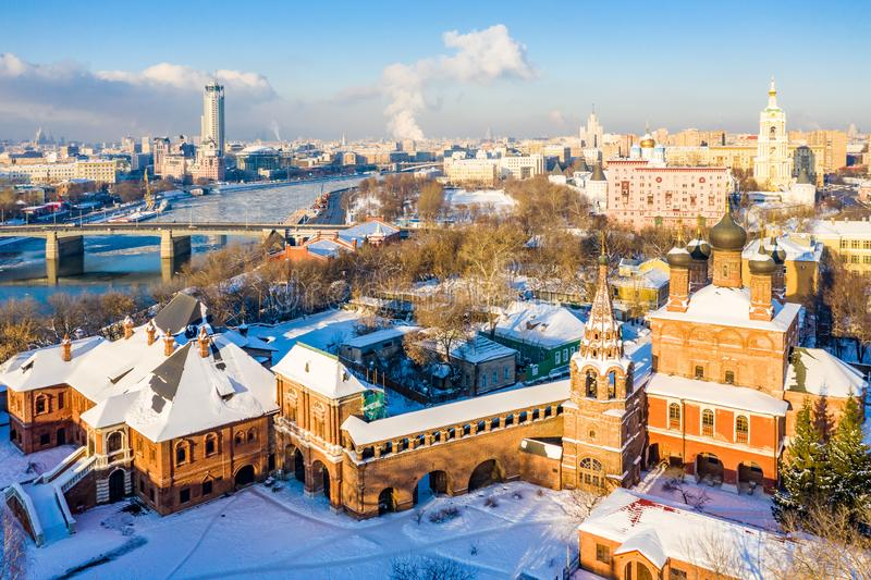 Moskva河、Novospasskiy桥梁和摩天大楼冬天视图在一个晴朗的早晨 Krutitsy Metochion 冰,在屋顶的雪 图库摄影