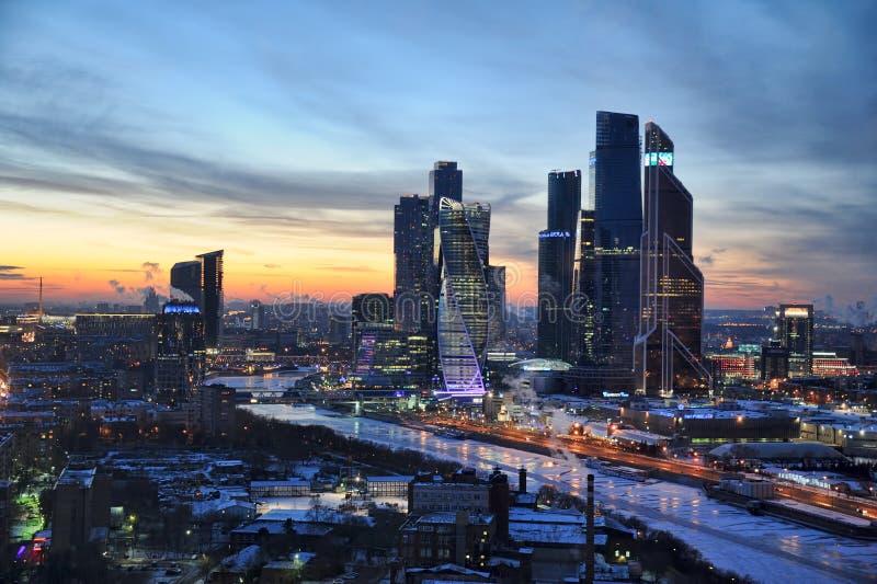 Moskva-город на морозном заходе солнца - городском пейзаже Москвы и городском Pictur стоковые изображения rf