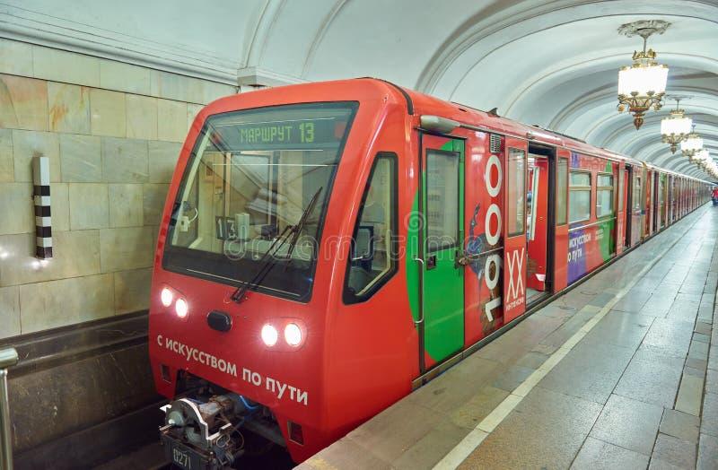 MOSKVA AUGUSTI, 22, 2017: Rött drev för modern gångtunnelpassagerare på tunnelbanastationen Främre sikt för perspektiv av drevkab royaltyfria bilder