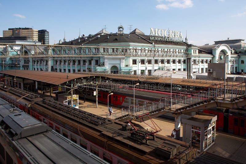 Moskva byggnaden av den Belorussky j?rnv?gsstationen, April 2019 B?sta sikt av peronaen St?nger drev arkivfoton