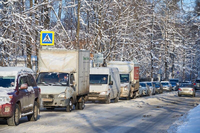 MOSKVA FEBRUARI 01 2018: Sikt för vinterdag på bilbilen i hård trafik för stad som orsakas av tungt insnöat staden Långsam biltra arkivbild