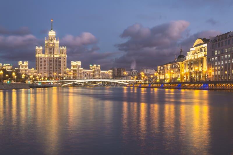 Moskva-Fluss-Nachtansicht mit historischen Gebäuden lizenzfreie stockbilder