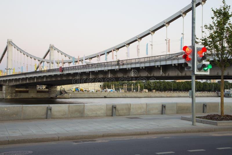 Moskva-Fluss und Krymsky oder Krimbrücke nachts-- ist eine Stahlhängebrücke in Moskau, Russland lizenzfreie stockfotos